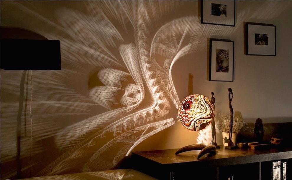 Des motifs fabuleux sur le mur de la chambre d'une lampe de nuit