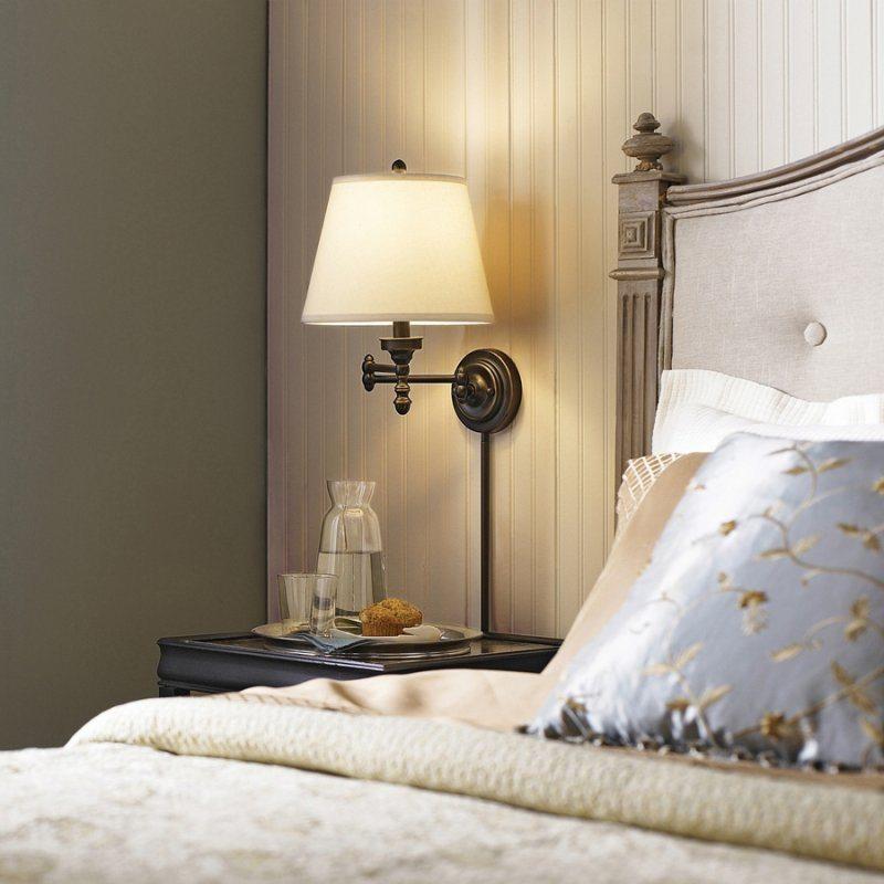 Lampe de nuit rétro sur lit dans une chambre de style champêtre