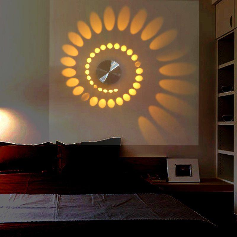 Lampe design sur le mur de la chambre