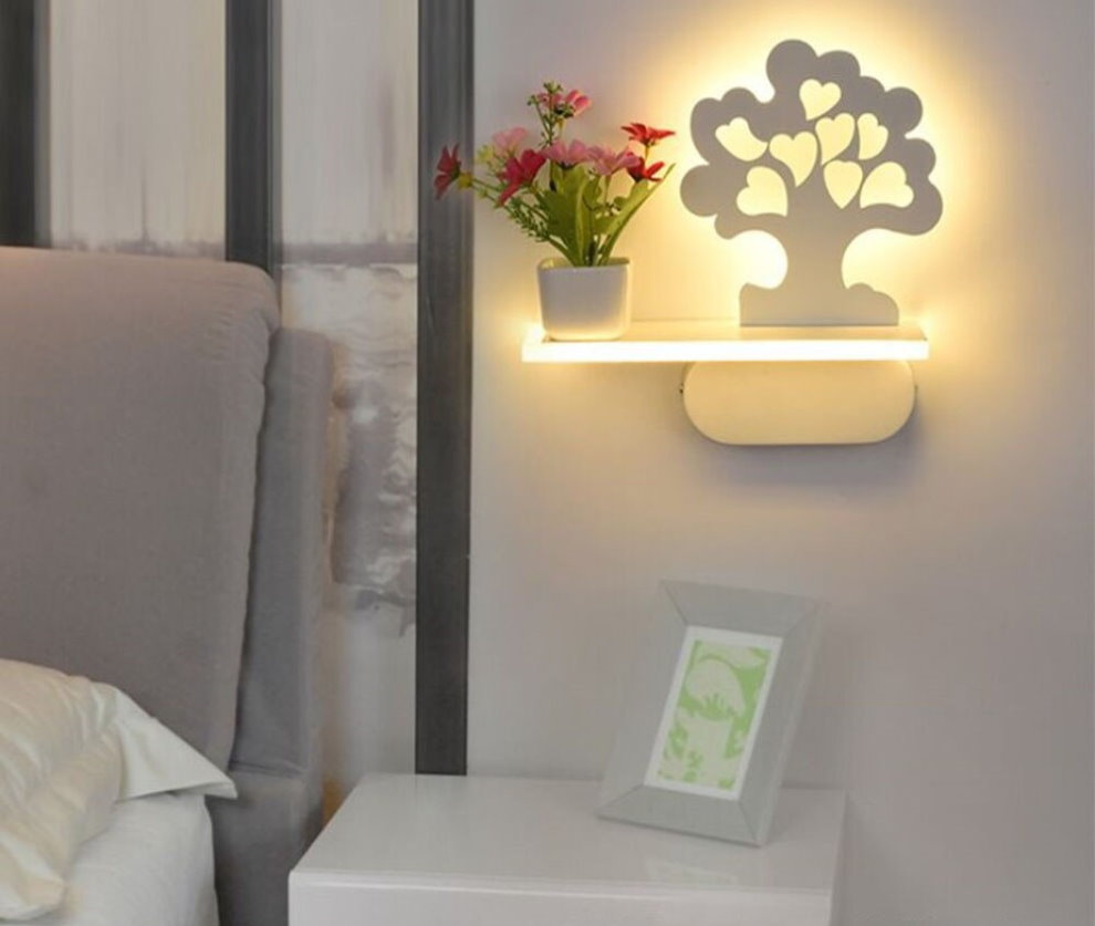 Table de nuit minimaliste avec étagère.