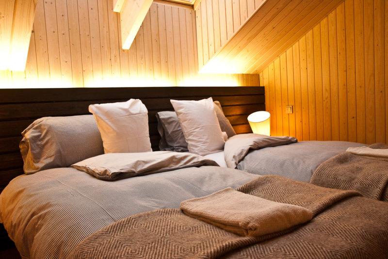 Tête de lit en bois dans la chambre