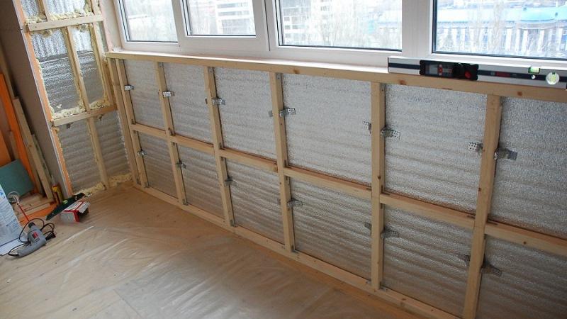 Caisse en bois sur une loggia vitrée