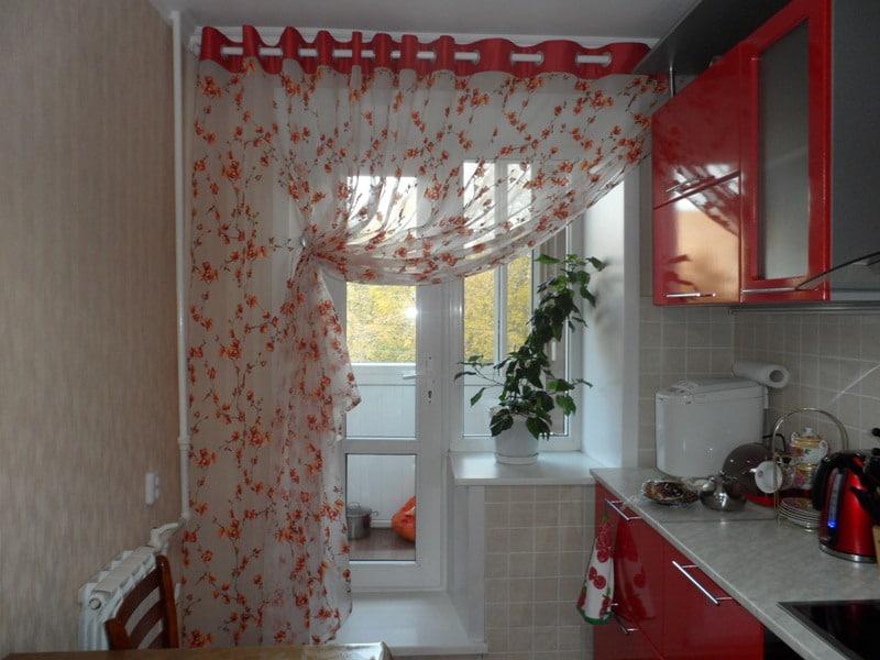Rideau de tulle dans la cuisine avec balcon