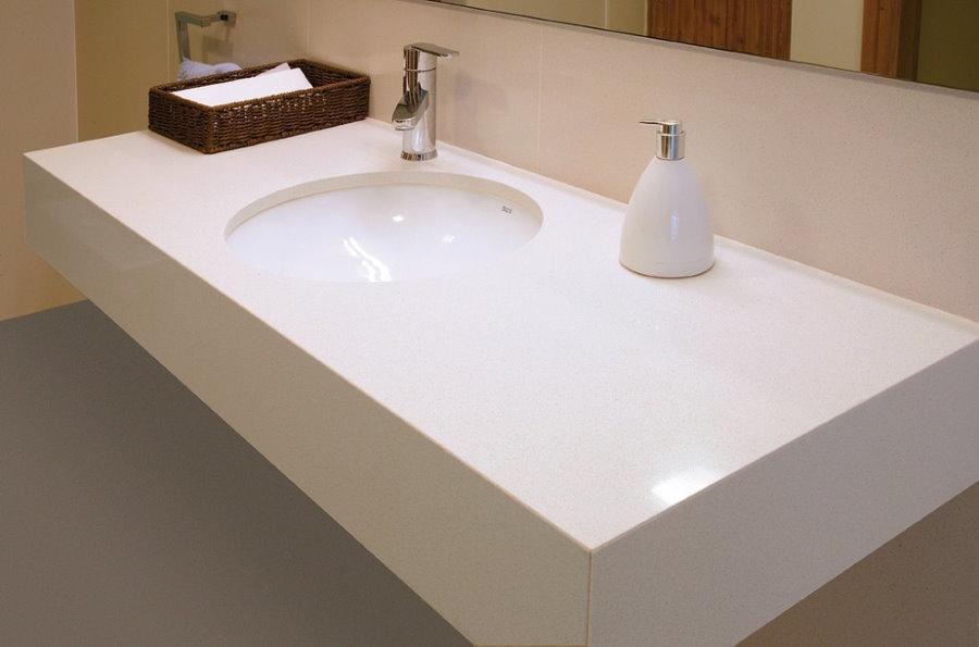 Mặt bàn hình chữ nhật dưới bồn rửa trong phòng tắm
