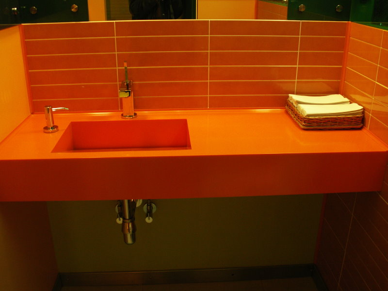 Gạch màu cam phía trên bàn trong phòng tắm
