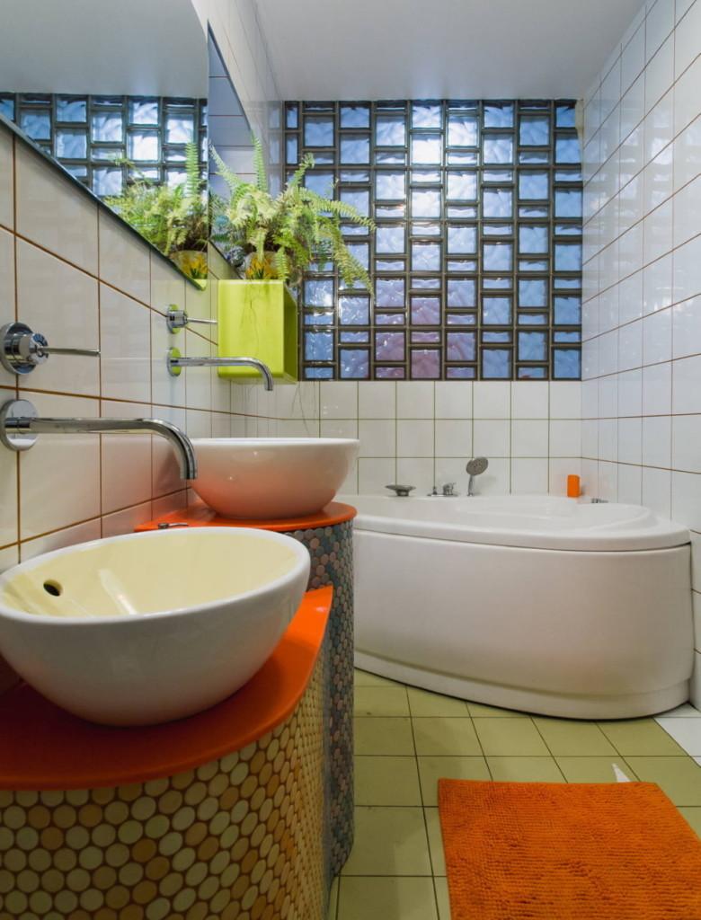 Comptoir orange dans la salle de bain
