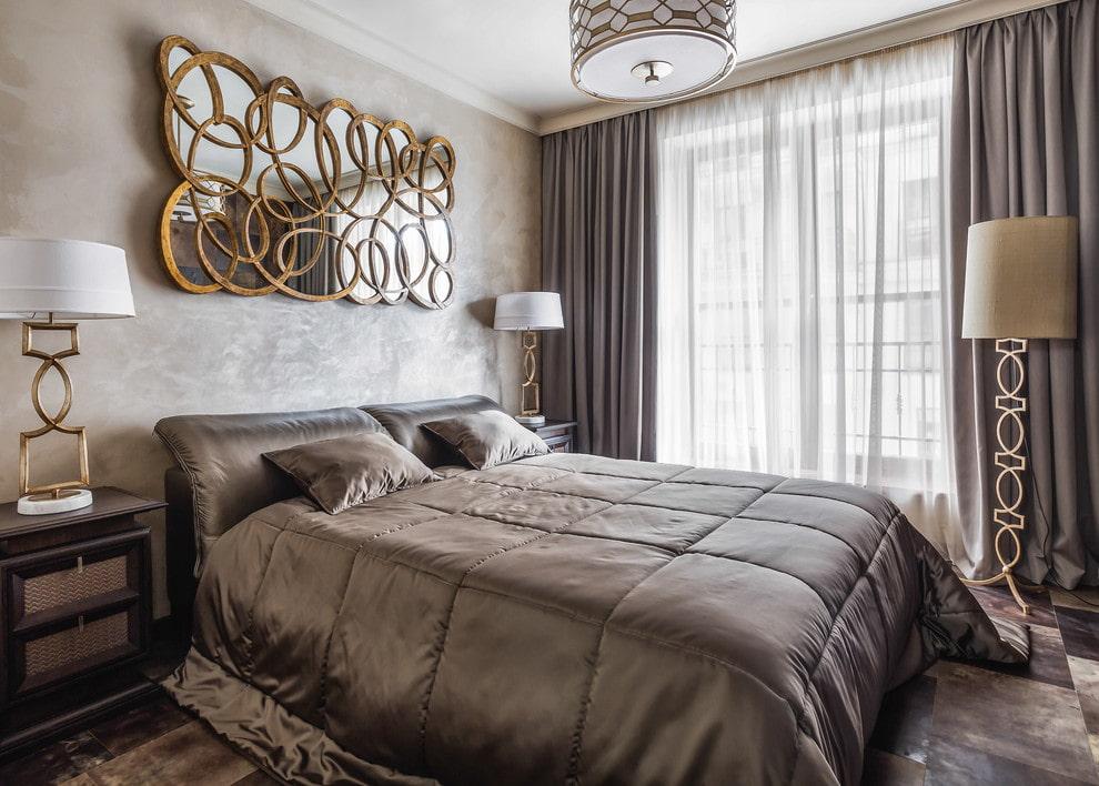Miroir original au dessus du lit dans la chambre