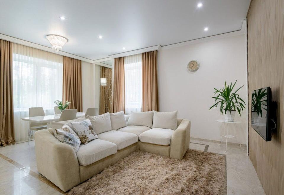 Éclairage du salon avec un canapé au milieu