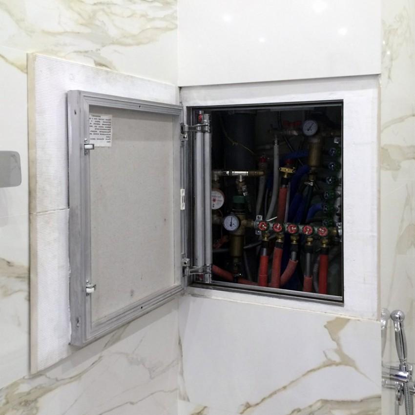 Ouvrez la porte de la trappe de plomberie