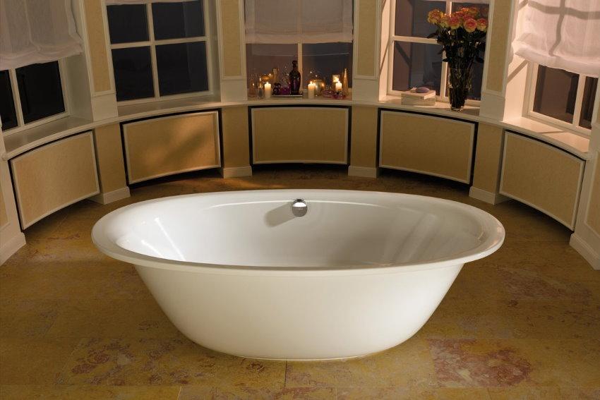 Bain ovale blanc dans une maison privée