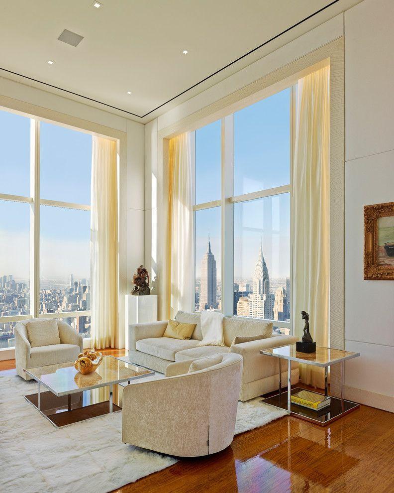 Grandes fenêtres dans le hall d'angle d'un immeuble de grande hauteur