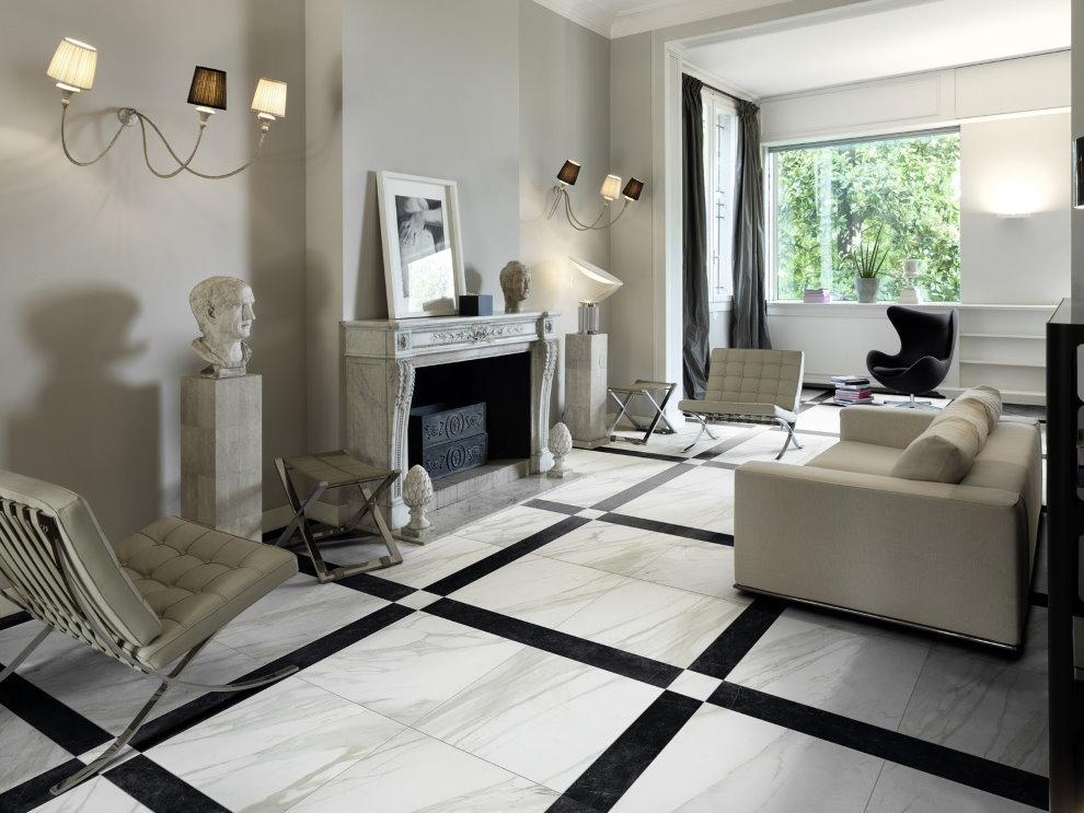 Cheminée dans le salon avec sol en marbre