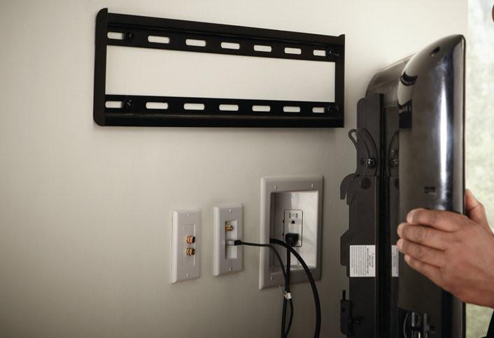 Prise et prises sur le mur derrière le téléviseur
