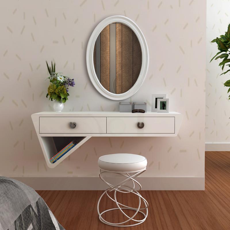 Miroir suspendu blanc sur le mur de la chambre