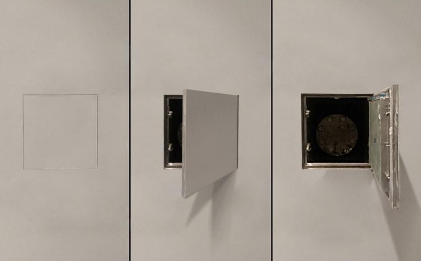 Trois positions de la trappe cachée dans le mur de la salle de bain