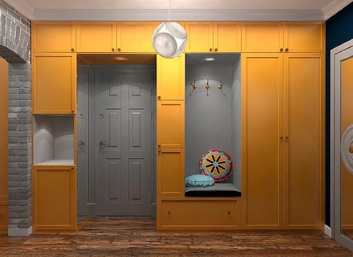 couloir avec porte grise