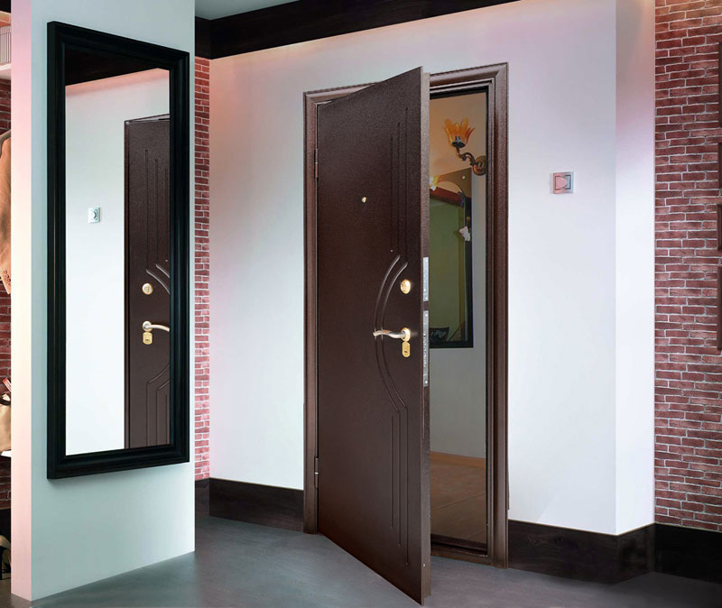 couloir avec une porte sombre