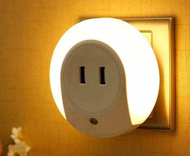 Lampe de nuit avec un adaptateur pour une prise dans la prise d'une chambre