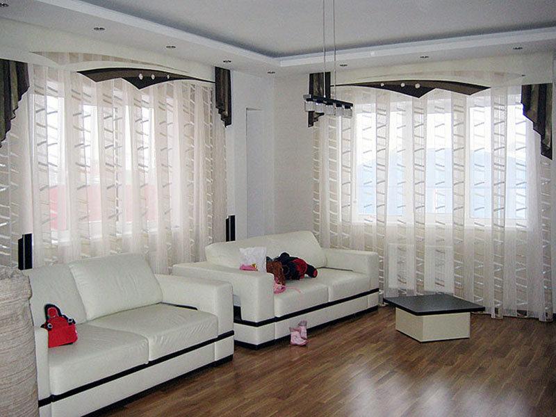 Rèm cửa vải tuyn trắng trong phòng khách rộng rãi