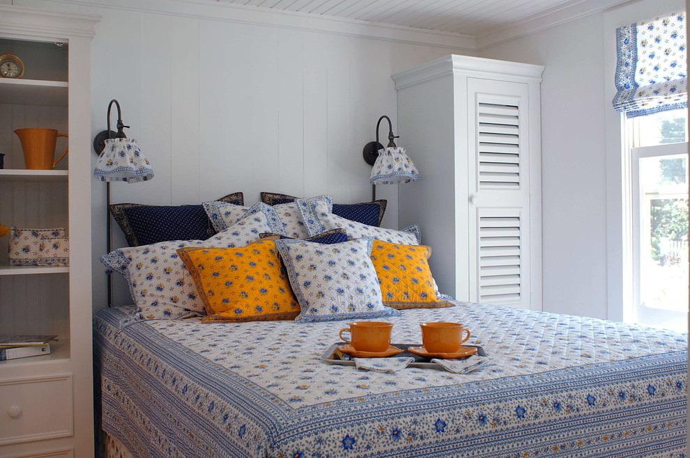Petite chambre de style provençal avec des textiles floraux