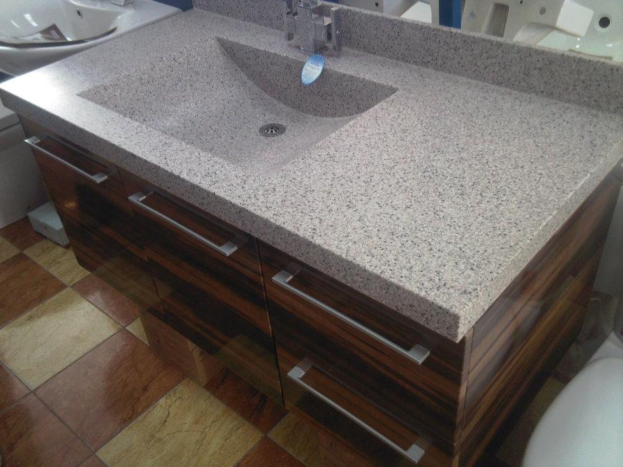 Mặt bàn nguyên khối với bồn rửa trong phòng tắm