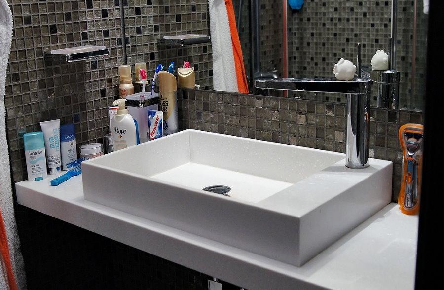 Chậu rửa trắng trên mặt bàn acrylic