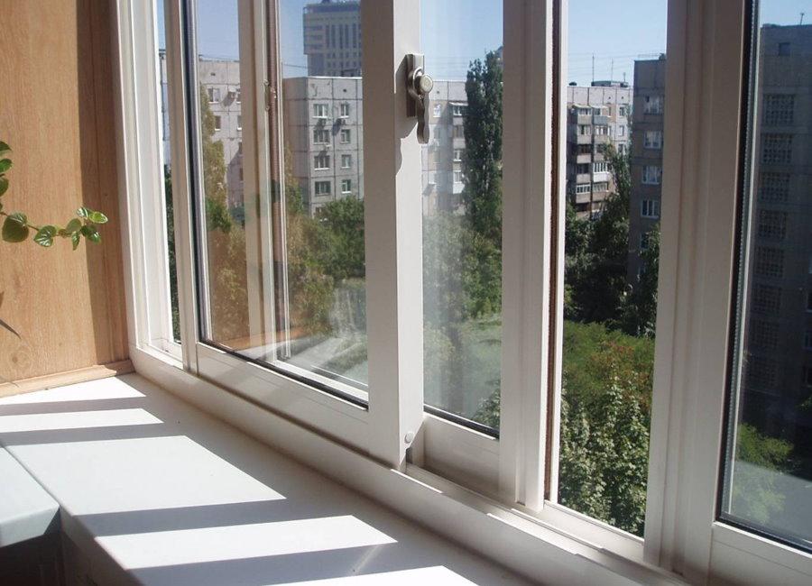 Vitrage de balcon coulissant dans un appartement de ville