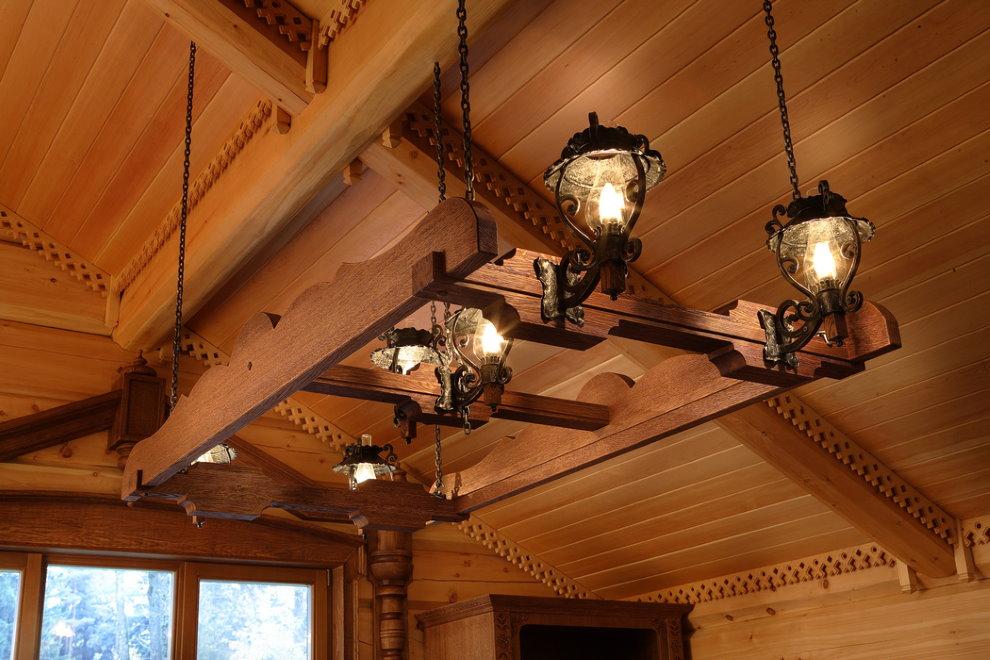 Đèn gỗ trên trần nhà của một ngôi nhà nông thôn