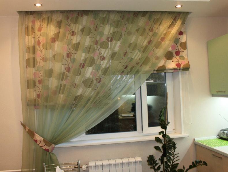 Rideaux romains sur la fenêtre de la cuisine avec un rideau asymétrique