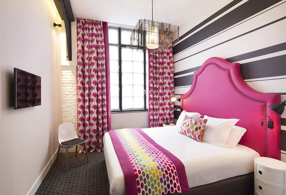 Tête de lit rose dans une petite chambre