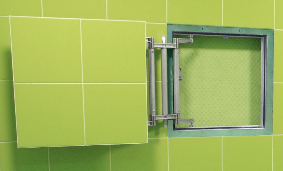 Carreau vert clair sur la porte de la trappe d'inspection