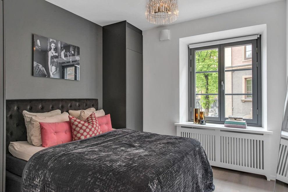 Cadre de fenêtre gris dans la chambre