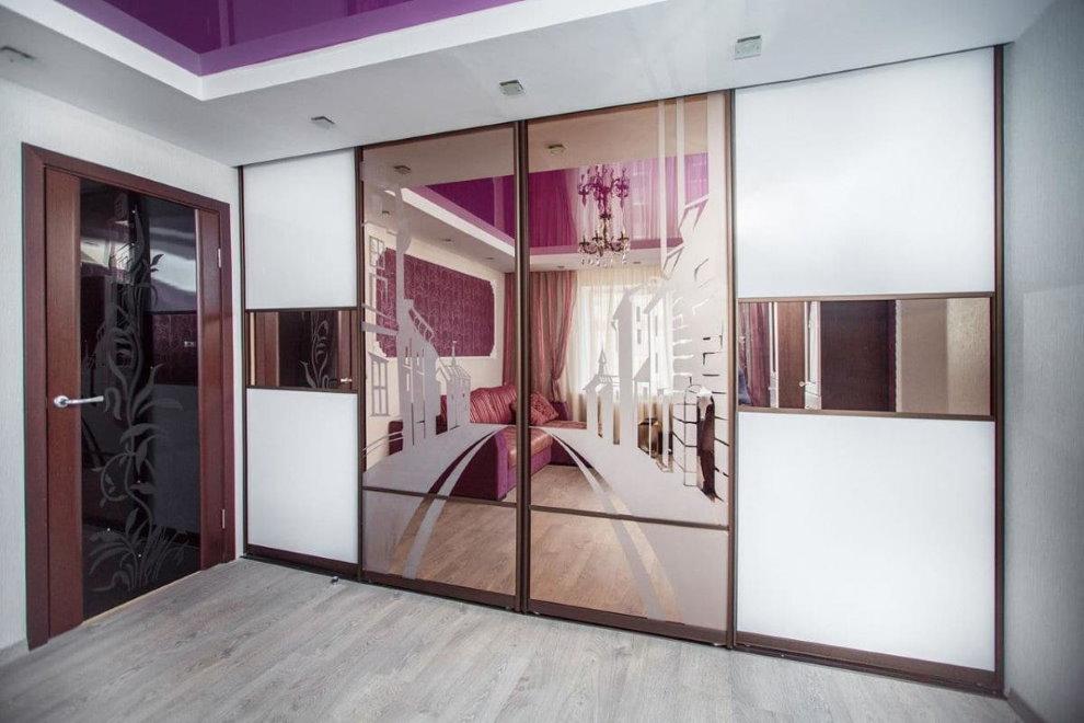 Portes miroir de l'armoire dans le couloir de l'appartement