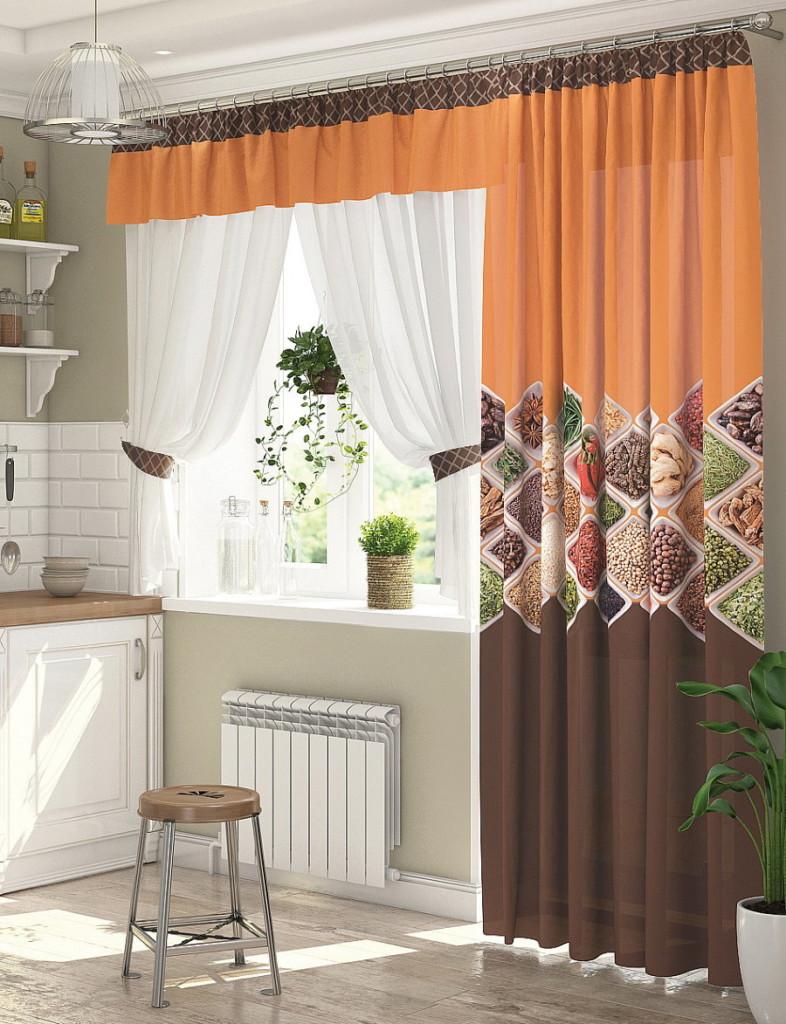 Rideaux de différentes longueurs sur une fenêtre avec balcon