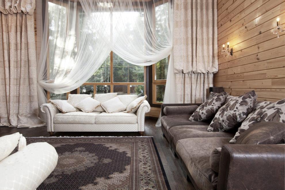 Rèm cửa cho phòng khách trong một ngôi nhà gỗ