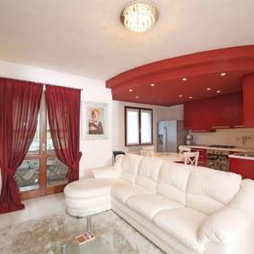 rideaux dans le salon rouge