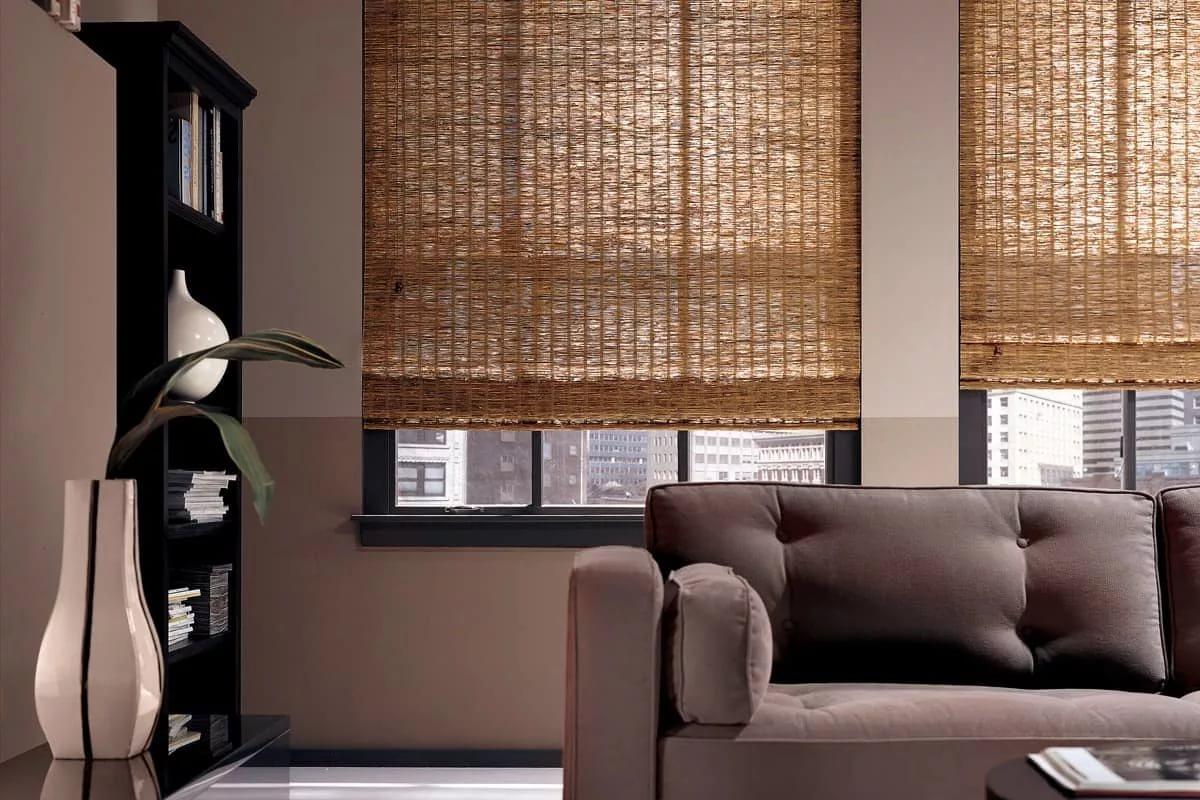 rideaux dans le hall sur deux fenêtres en bambou