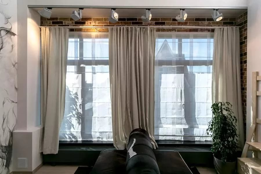 rideaux dans le hall sur deux fenêtres photo
