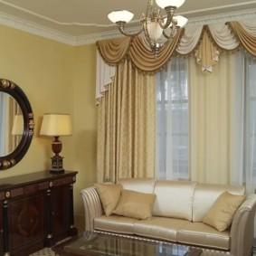 rideaux dans le hall sur la décoration intérieure de deux fenêtres