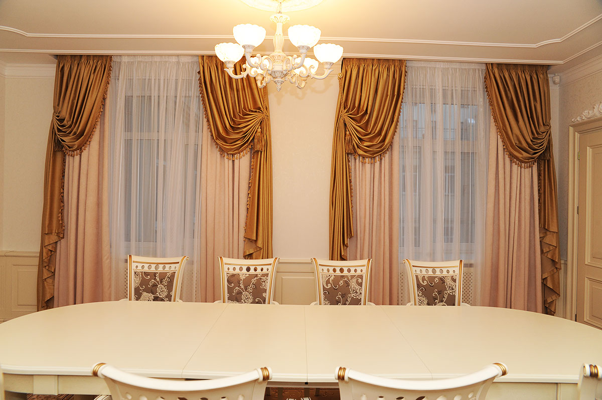 rideaux dans le hall deux fenêtres italien