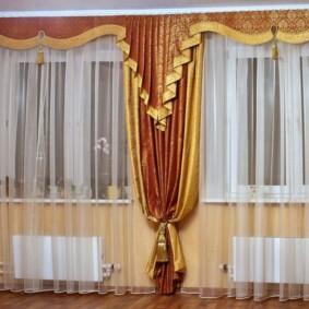 rideaux dans le hall sur l'intérieur de deux fenêtres