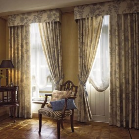rideaux dans le hall sur deux fenêtres photo intérieure
