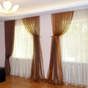 rideaux dans le hall sur deux fenêtres photo de l'intérieur