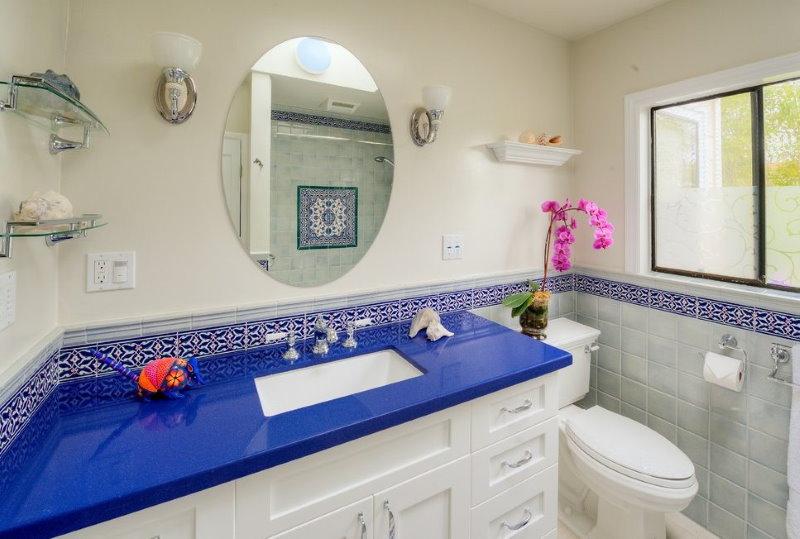 Mặt bàn màu xanh acrylic trong phòng tắm có cửa sổ