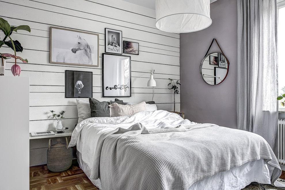 Chambre confortable avec un intérieur simple