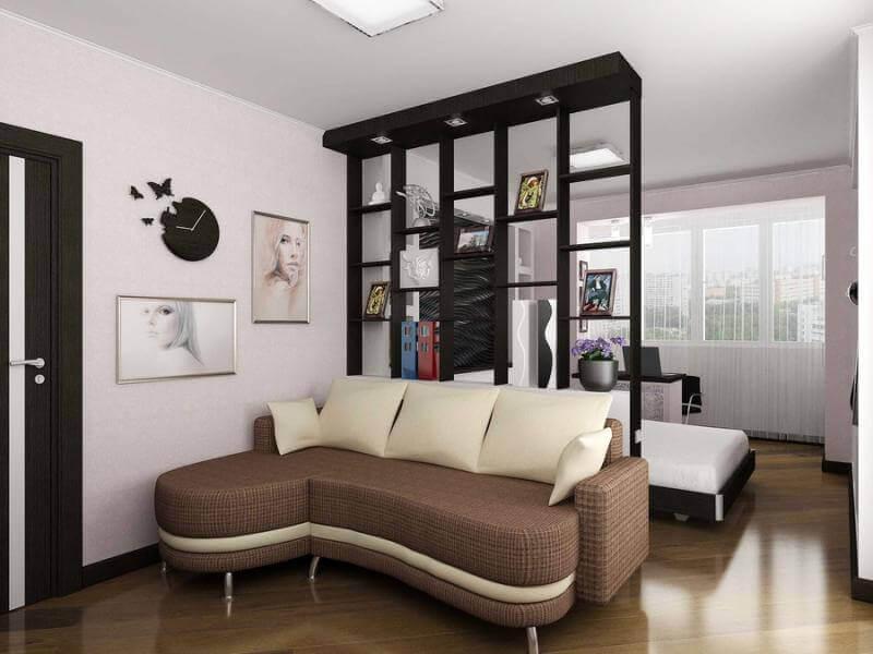 Rayonnage noir dans un séjour de 18 m²