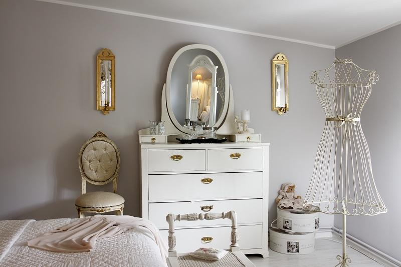 Miroir commode dans une chambre classique
