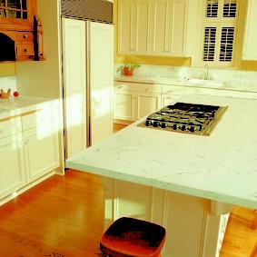 table en pierre artificielle à l'intérieur de la cuisine