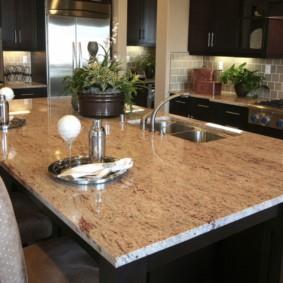 table en pierre artificielle dans les options d'idées de cuisine