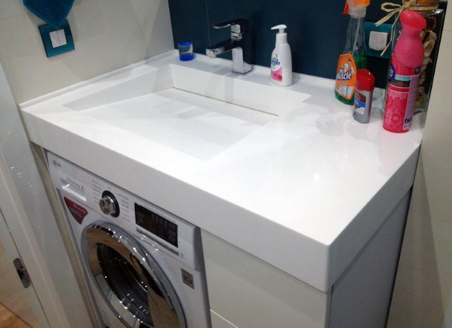 Bồn rửa thấp phía trên máy giặt
